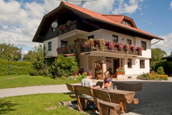 Ansicht von unserem Biobauernhof mit Ferienwohnung in Velden am Wörthersee