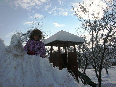 Schneehaufen Rutschen macht Spass